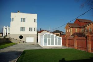 Фасад с садом и домиком