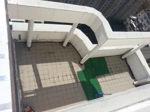 на месте будущего сада была открытая площадка с металлическими колоннами